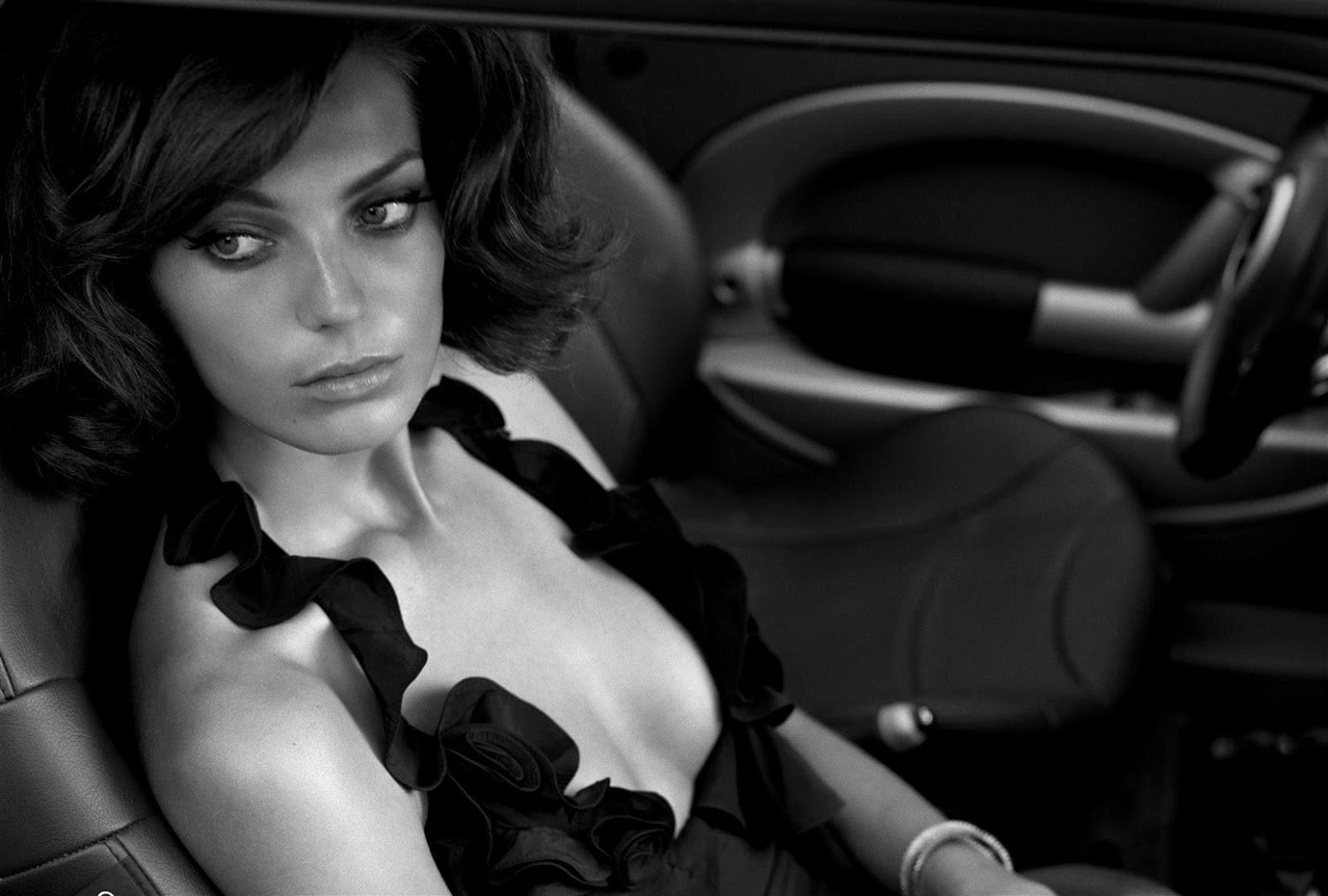 фото девушек в машине черно белая