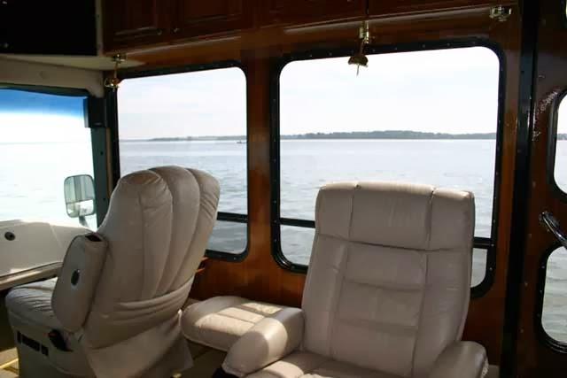 ruang penumpang terra wind bus amfibi
