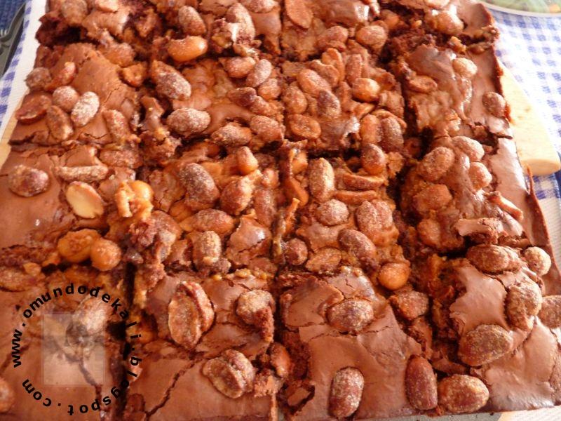 Brownie com doce de leite e amendoins salgados