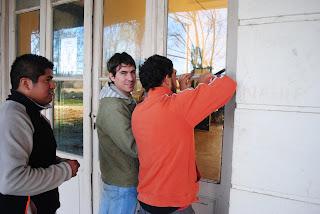 Los chicos, reponiendo uno de los vidrios que estaba roto!