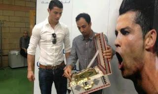 Cristiano Ronaldo Dapat Hadiah Al-Qur'an Berbahasa Portugal