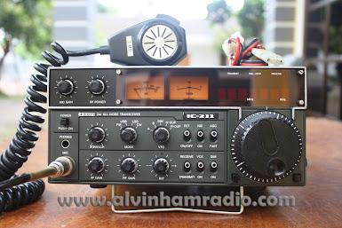 VINTAGE VHF TRANSCEIVER ICOM IC - 211