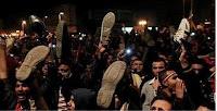 حشود امام المنصه ترفع الاحذيه لمرسي وللاخوان وتهتف برحيلهم ووزير الإعلام يصدر تعليمات بعدم تغطية الأحداث