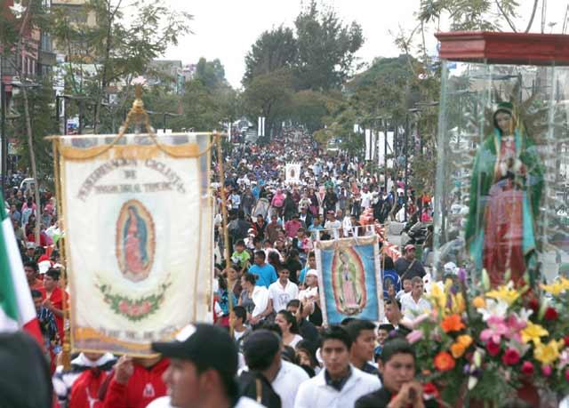 Peregrinos mexicanos ignorantes llegando a la Basilica de Guadalupe en la Ciudad de Mexico | Ximinia