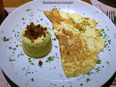 Tortarelli Café: Omelete de Queijo e Cebola com Farofa de Manteiga