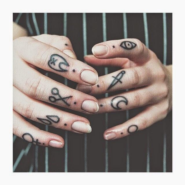 tatuaje en los dedos de una preciosa modelo