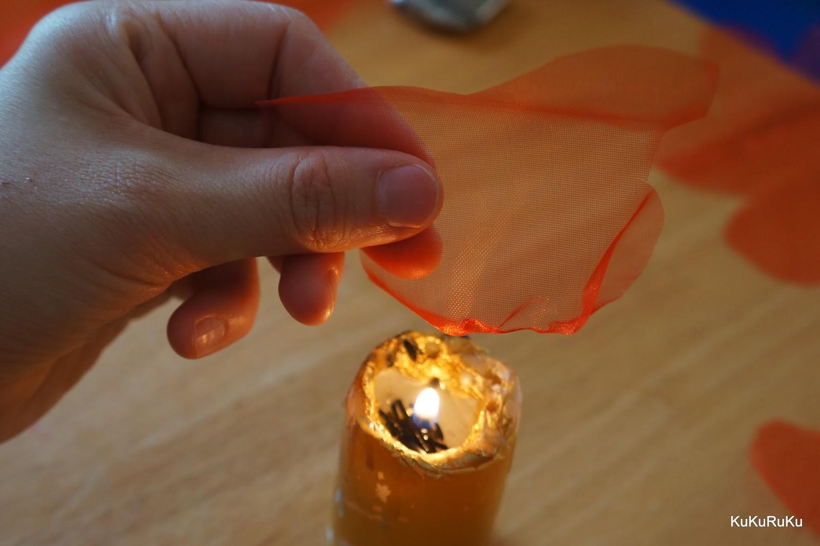 Tavení organzy nad svíčkou