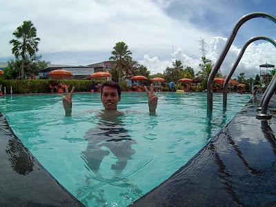 Berada di kolam renang di kedalaman 1,5 meter
