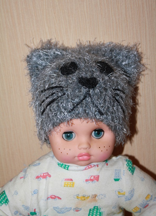 Зимняя пушистая шапка-кошка спицами Лебяжий пух