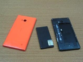 A bateria do Lumia 730 é de 2.220 mAh e é removível