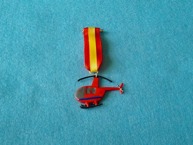 Medalla de un helicóptero rojo en fimo