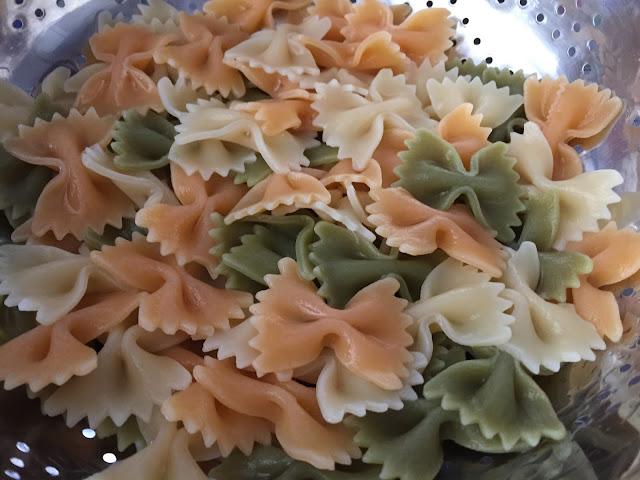 Ensalada de pasta con melón y mozzarella. Refrescando la pasta.