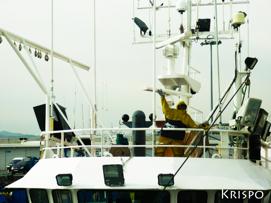 marinero en la parte superior de un barco pesquero