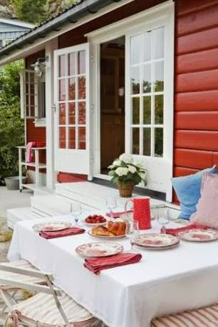 una casita de verano decorada en blanco y rojo