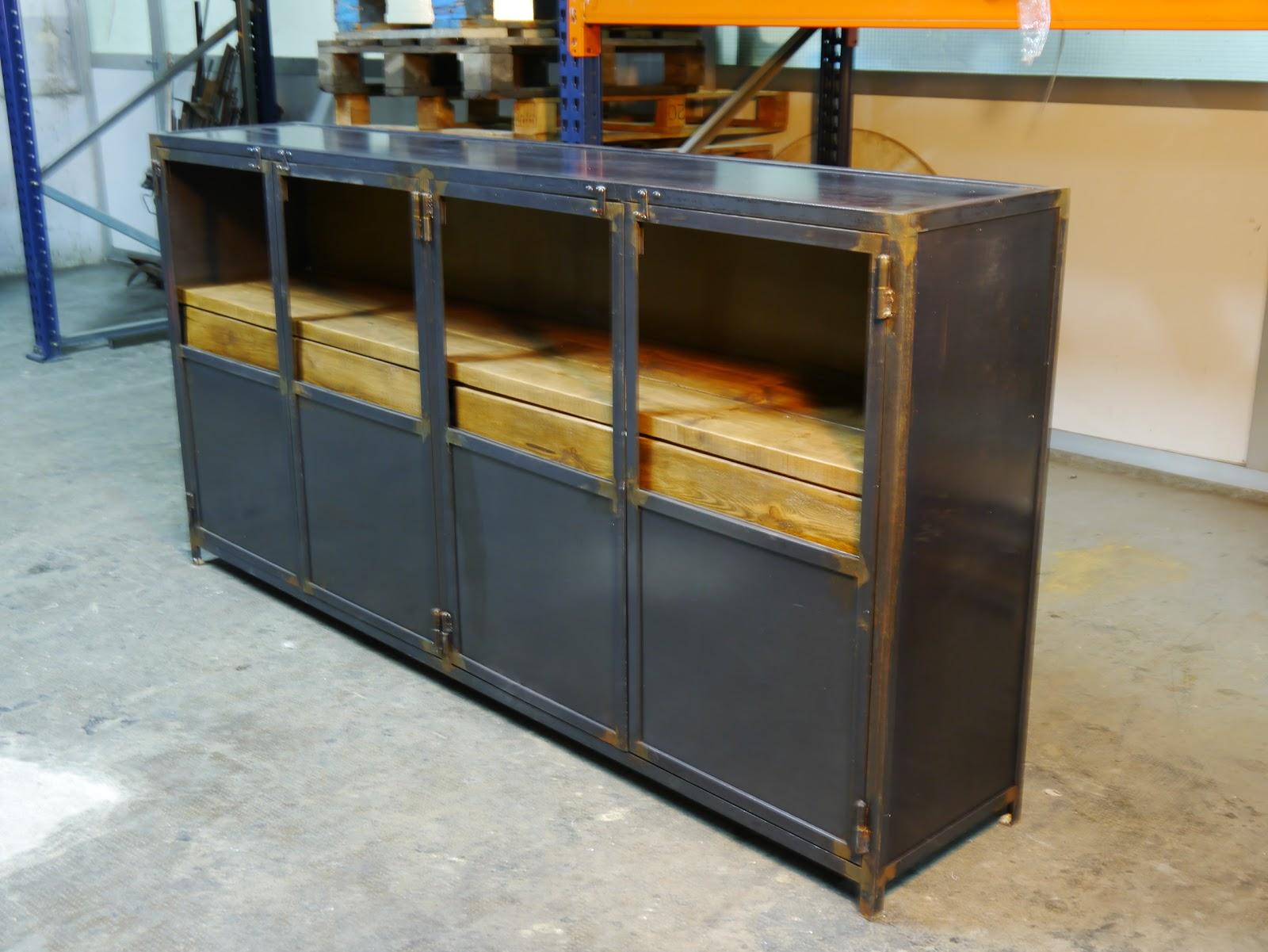 Armario de hierro envejecido y chapa de acero con estante de madera