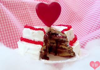 pastel rojo blanco chocolate merengue