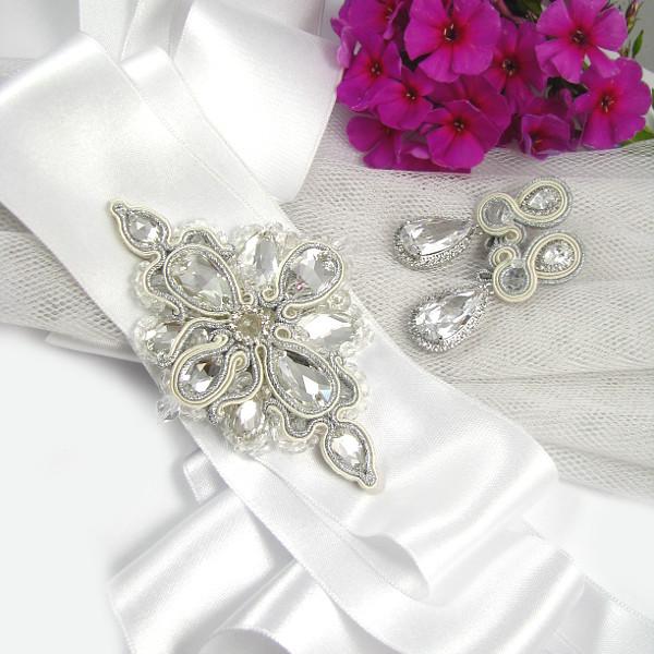 """Komplet ślubny sutasz ivory: kolczyki """"Villio"""" i pas biżuteryjny na suknię ślubną."""