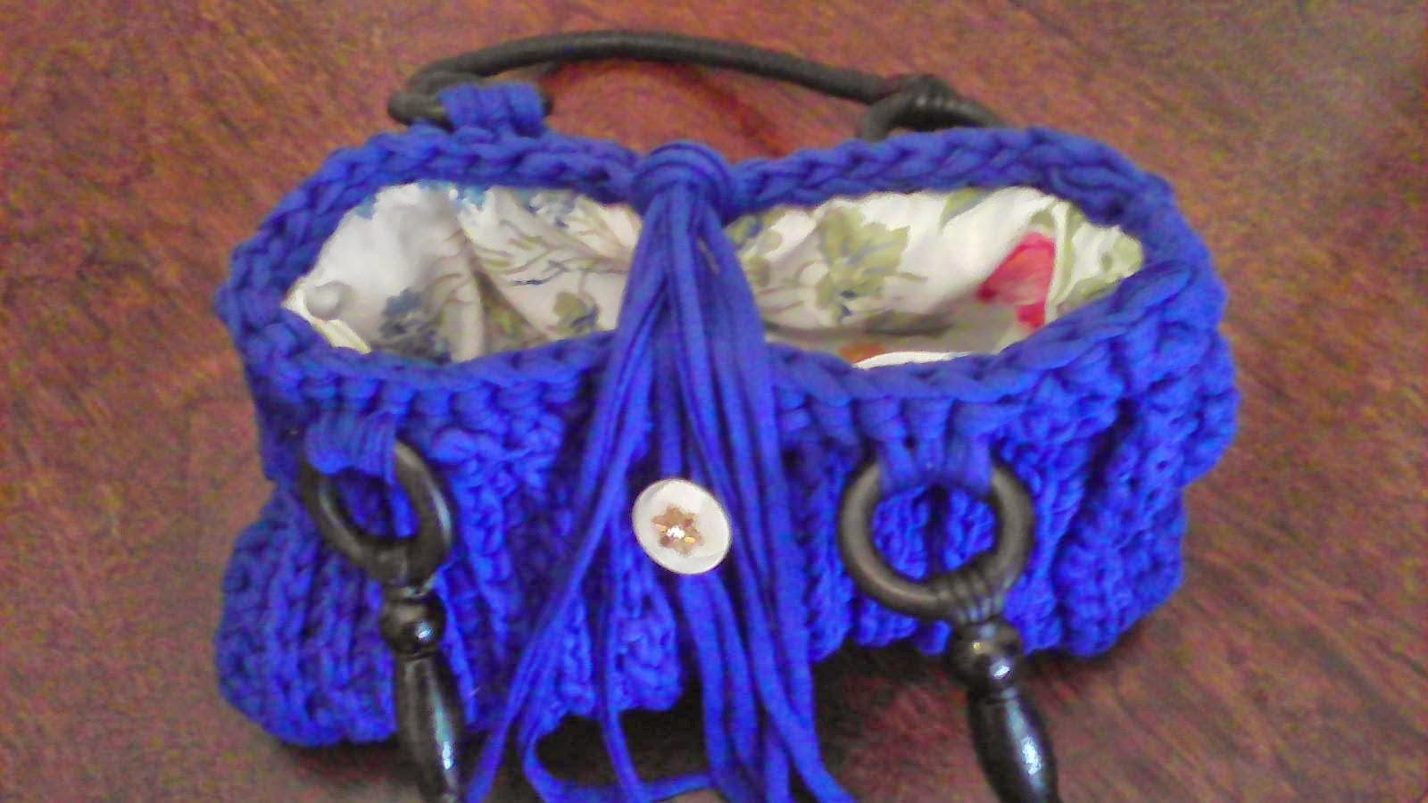 Bolso azul con asas negras