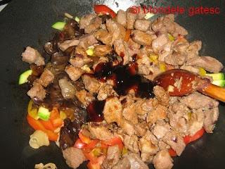 porc cu sos de stridii si soia