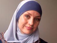 Wanita Muslim Ini Menyumbangkan Satu Dollar Setiap Mendapat Tweet Kebencian
