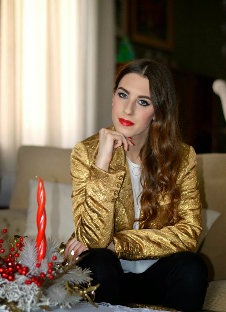 Pinko Gold Embroidered Jacket H&M White Frilled Crêpe Blouse H&M Necklace Zara Black Pants Zara Studded Ankle Boots Lace Open Toe labbra rosse Kat Von D Adora Metallic Studded Kiss Lipstick Review Photos Swatches outfit per natale vigilia di natale outfit capodanno bianco oro studs xmas outfit The Sparkling Cinnamon