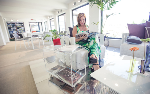 Elegante ed originale tavolino portariviste di design in plexiglass