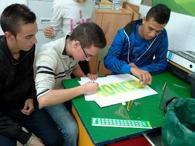 Tres alumnos de la ESO ayudan en el mural