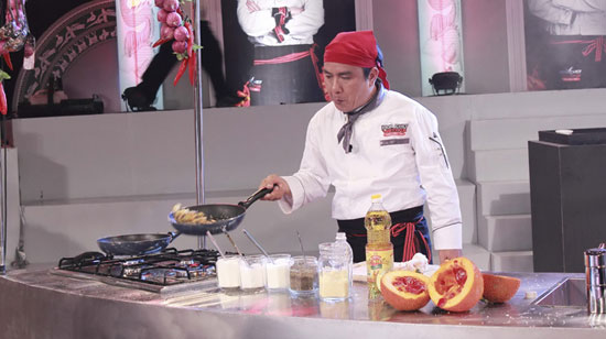 Đầu bếp Nguyễn Thanh Tùng trổ tài với quả gấc - Ảnh: CTV
