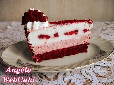 Egy szelet a tortából, amin szépen látszanak a rétegek, red velvet piskóta, epres krém, joghurtos krém eperzselével, vörös piskóta morzsával beszórva a teteje és az oldala, a tejszínhabban pedig egy oreo keksz.