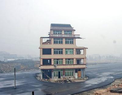 Bangunan tersebut masih tegap berdiri meskipun di samping kiri dan ...