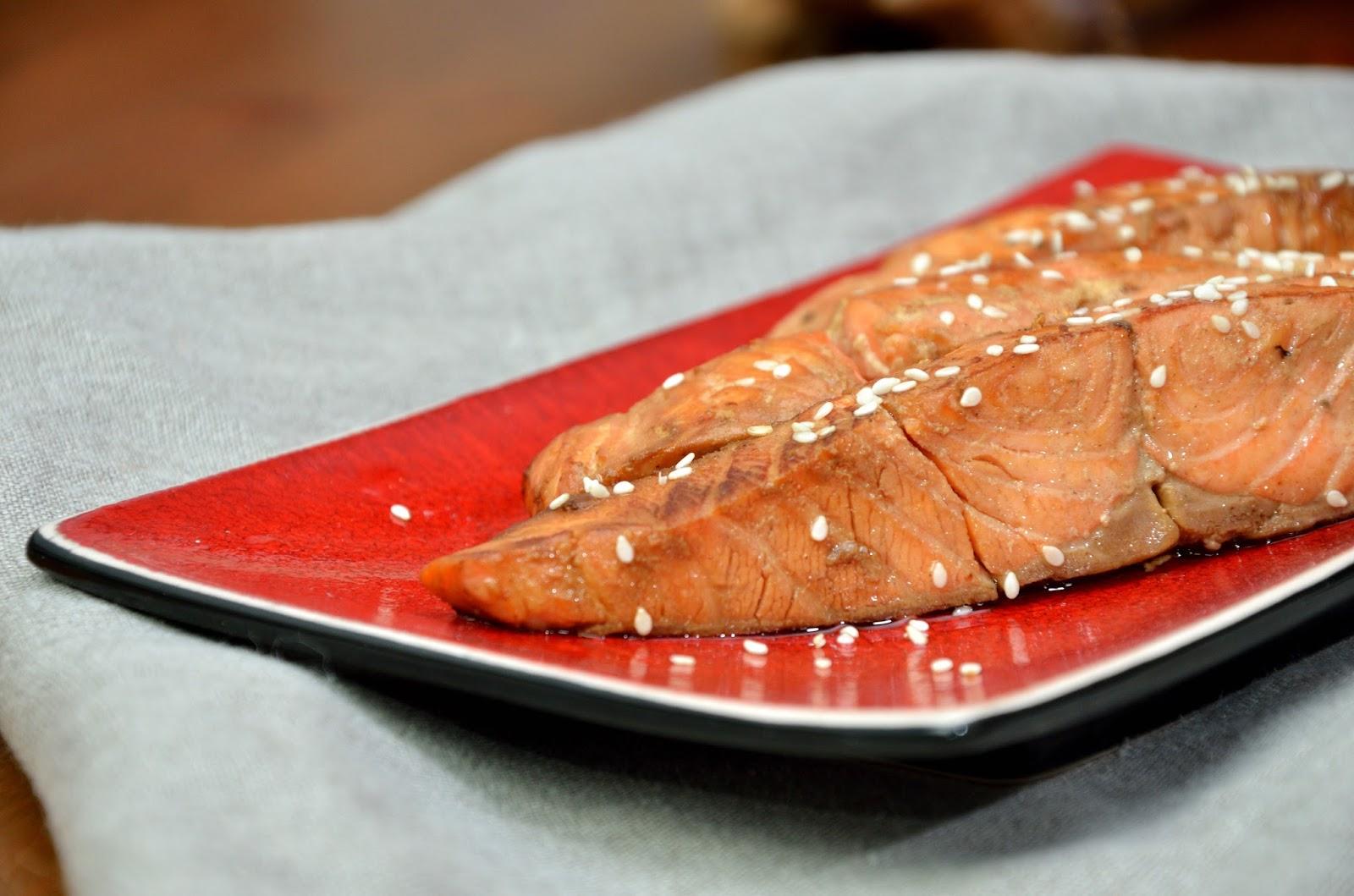 Łosoś smażony, marynowany w sosie sojowym, miodzie i oleju sezamowym
