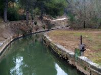 El Canal de la Mina cap a llevant, vist des del pontet que el travessa