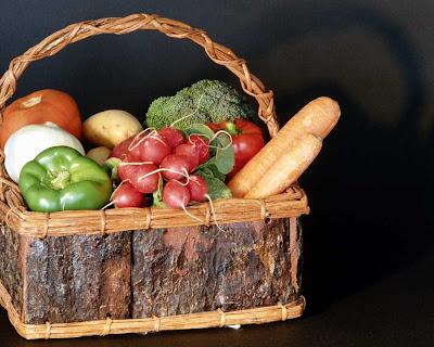 panier de bois, poivron vert, poivron rouge, oignon, tomate, radis, pomme de terre, brocoli, carottes