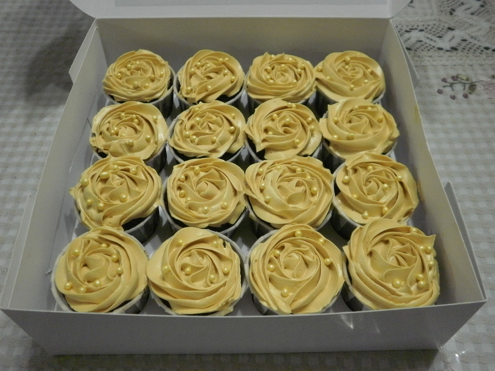 chocolate moist cupcake tema gold