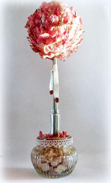 Arbolito topiario en base de vidrio facetado hecho con petalos  de Bungavillea