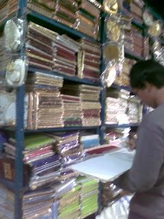 ... buku tamu dengan berbagai motif, ada motif batik & anyaman pulak