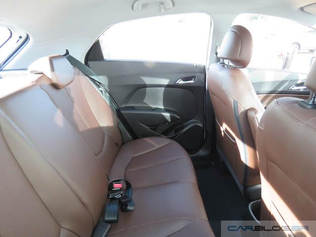 Hyundai HB20 2016 - interior marrom - espaço traseiro