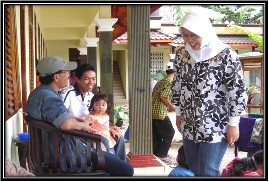 Bercengkrama dengan keluarga