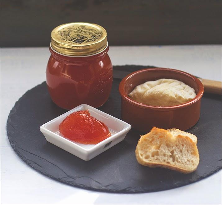 Tomatenkonfitüre, frisch gekocht und mit würzigem Käse und frischem Brot serviert