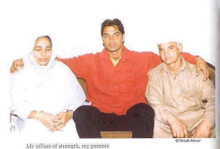 Shoaib Akhter Faimly, with mother and father.