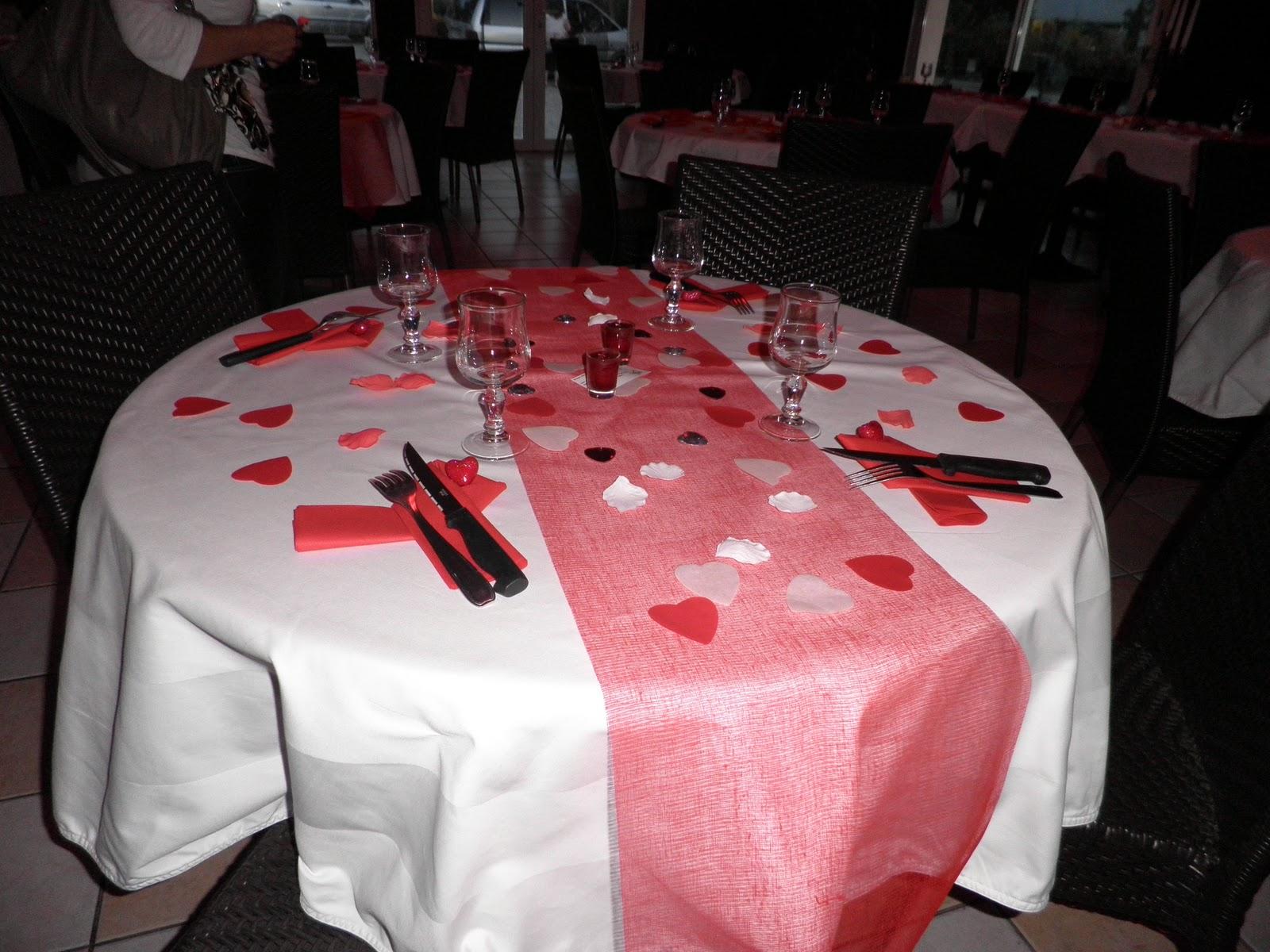 Piques et points d coration d 39 une salle de mariage rouge - Decoration salle mariage rouge et blanc ...