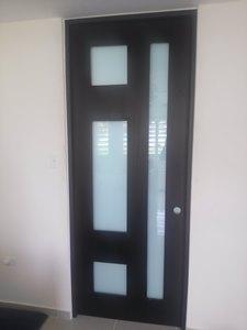 puerta en madera caoba con cristal blanco leche laminado y tinte de color wenguee
