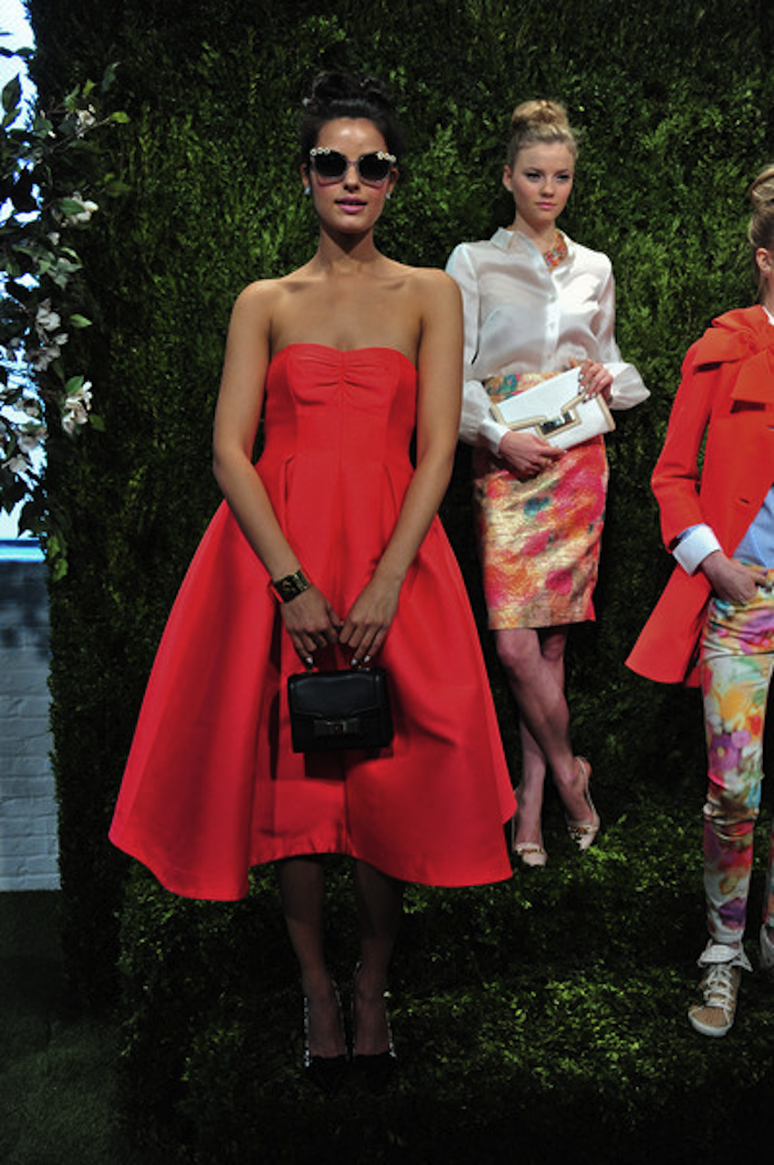 Фото красного платья с аксессуарами