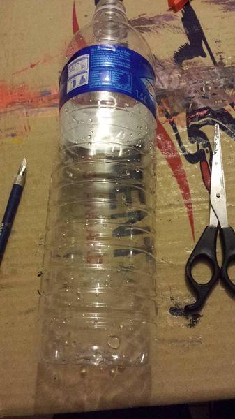 creer une mangeoire pour oiseaux en recyclant une bouteille en plastique, diy facile avec les enfants