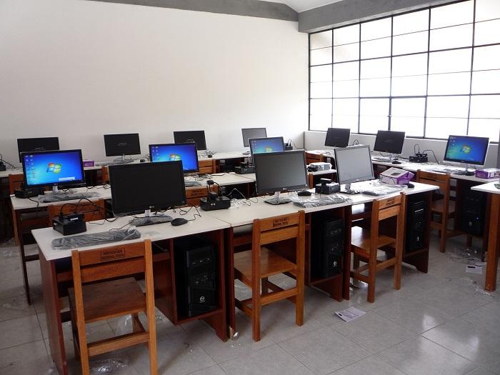 Huambos entregaron equipos de computo al colegio mi for Muebles colegio