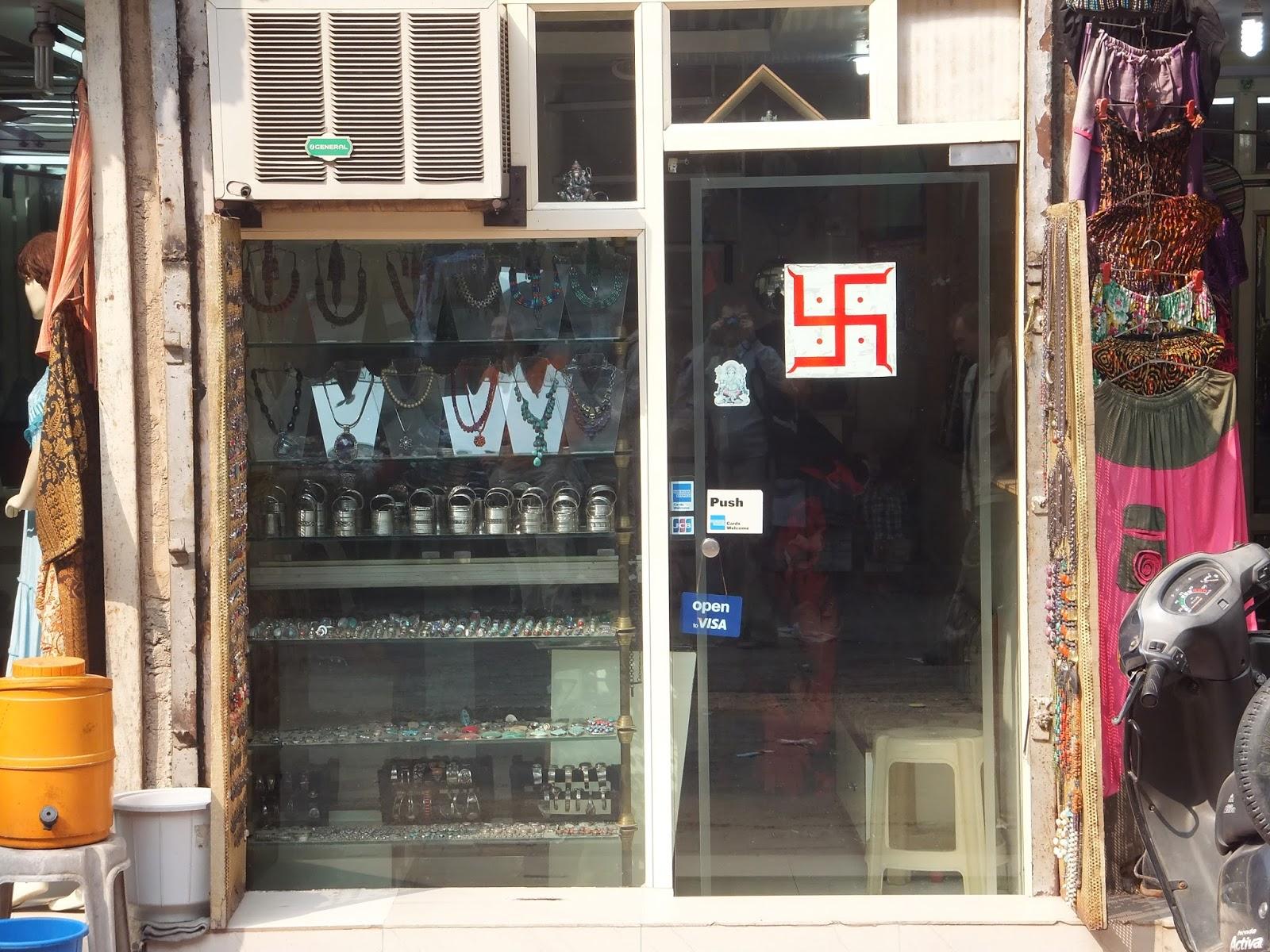 символ свастики на входе в ювелирный магазин