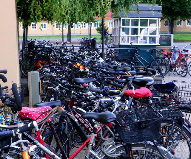 Fahrräder / Räder vor den Herrenhäuser Gärten während einer abendlichen Veranstaltung