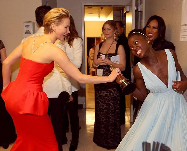 Jennifer Lawrence y Lupita Nyong'o se pelean por un premio Óscar
