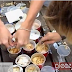 Garotos dão comida a passáros com laxante