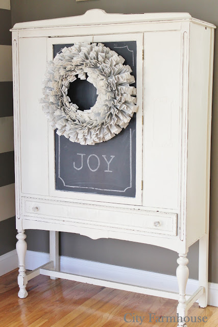 http://cityfarmhouse.com/2012/11/diy-starburst-paper-wreath-tutorial.html